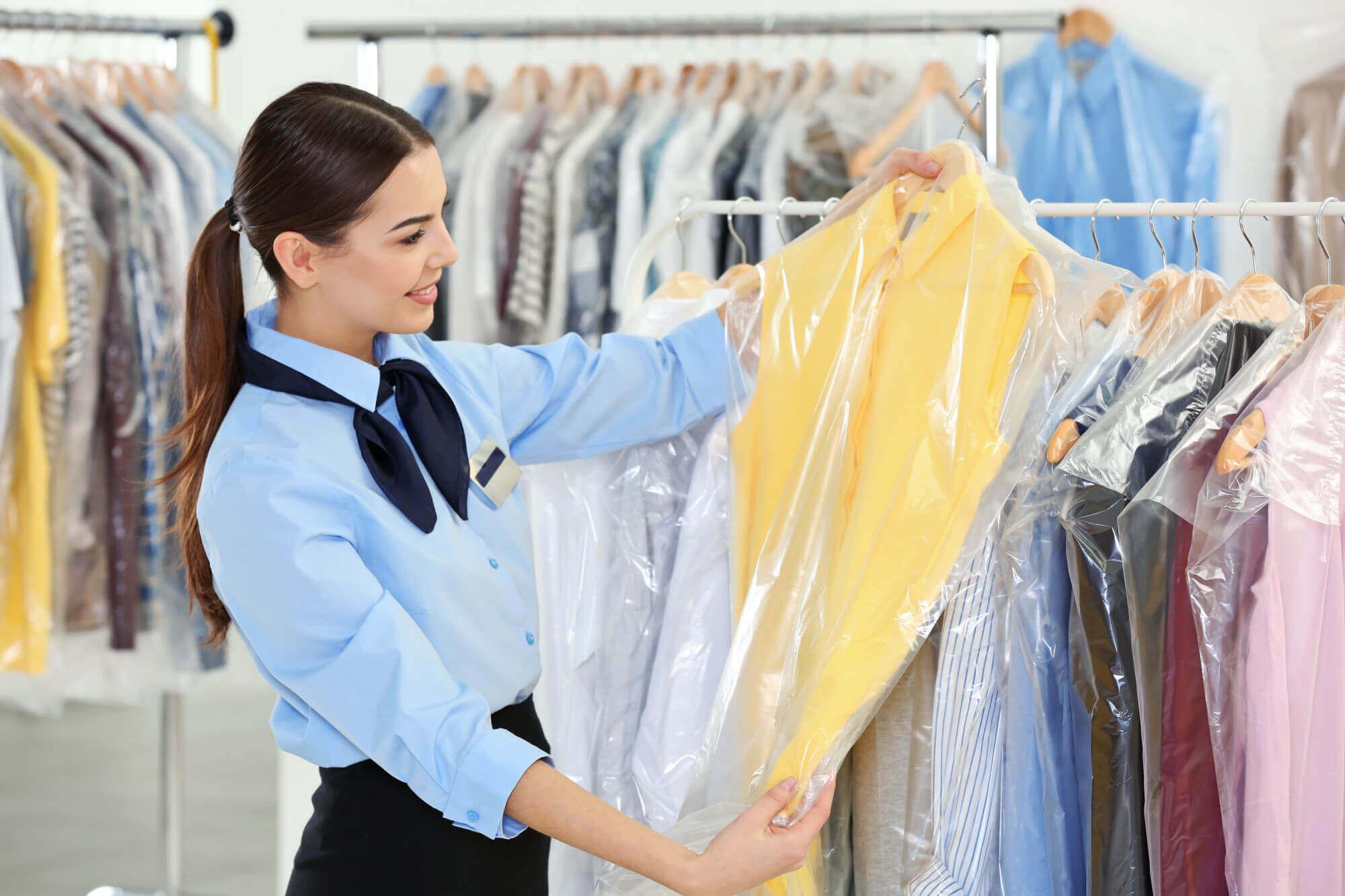 Какво представлява химическото почистване на дрехи - стъпка по стъпка